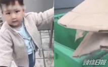 2歲男童阻媽媽扔紙箱 一句說話讓人感窩心