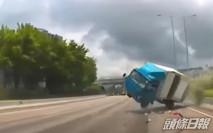 吐露港公路私家車疑切線致貨車失控翻側 司機乘客幸無大礙