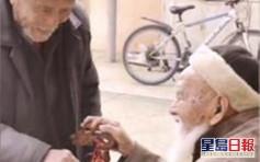 90歲弟帶家人向106歲哥哥拜年 五代同堂孩子排長隊