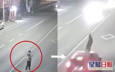 温州男站马路中心低头看手机 被私家车撞飞致肋骨骨折