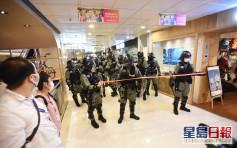 屯门市广场人群抗议叫口号 防暴警察入场驱散