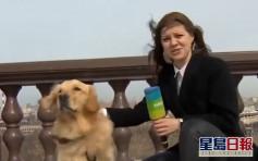 俄羅斯記者戶外直播報到一半 金毛尋回犬亂入叼走咪高峰