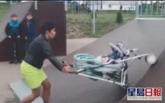 俄酒醉媽將BB車當滑板嬰兒摔車外 路人制止反被罵