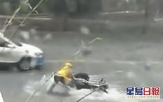 贵州暴雨成灾马路变急流 外卖员险连人带车被冲走
