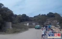 【維港會】兩小孩衝出馬路險被撞 的哥不滿母疏忽照顧惹熱議