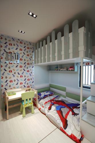 房間擺有高架床,騰出更多活動空間。