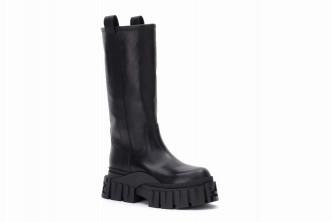 重型厚鞋底的設計,增添剛陽味道,亦成為靴子的吸睛焦點/$15,200/Fendi。