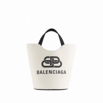 黑白配的Canvas Wave Tote Bag/$7,000/Balenciaga,袋身飾以品牌Logo字樣,迎合標記熱潮。