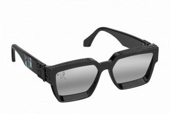 1.1 Millionaires太陽眼鏡/$7,350/L,採用獨特的斜邊鏡框設計,粗鏡臂飾以迷你路易威登好友卡通人物。眼鏡上方刻有同色系Monogram圖案,鏡片綴以LV Initials數碼印花標誌。 (Louis Vuitton)