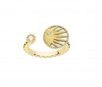 Rose Celeste指環,同樣採用開口式設計,以18K黃金鑲嵌鑽石及珍珠貝母。($26,100)