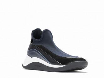 受到太空人鞋履啟發設計的高筒運動鞋/$3,580。