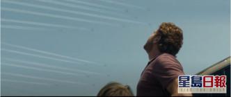 謝拉畢拿飾演的約翰同兒子發現好多飛機在天空。