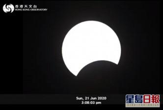 日食在下午2時37分開始,至下午5時25分結束,食甚時間為下午4時08分。天文台fb截圖