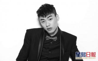韩国饶舌歌手IRON今晨被发现倒卧在其寓所楼下花槽,送院后证实死亡,终年29岁。
