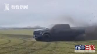 越野車在大草原上穿行留下數圈車痕。網圖
