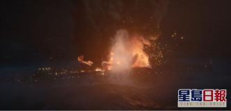 喺海中航行嘅船爆炸。