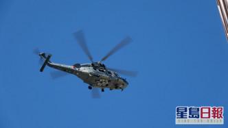 两人由直升机吊起,再送院接受治理。