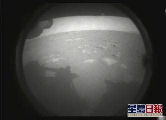 毅力號降落火星後,傳回第一張火星影像。AP圖片