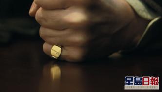 預告一開始已見有話事人戴住刻有紳士拐杖的介指。