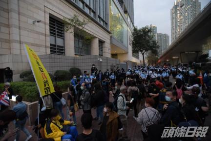 警員驅趕法院外人群。黃文威攝