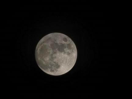 蠔涌市民拍攝的月色。群組「社區天氣觀測計劃CWOS」網民Bertha Ng圖片