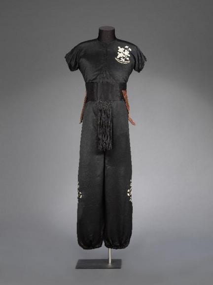 關德興演出粵劇《海底霸王》所穿着的黑地繡花戲服。