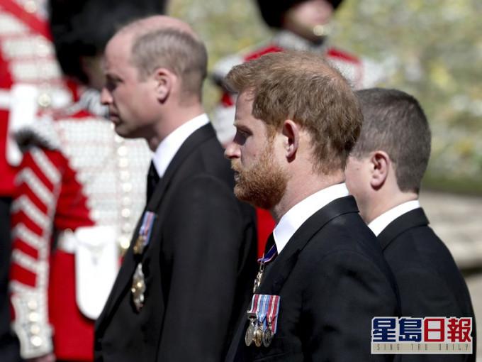 在儀式時威廉與哈里同行但未有交談。AP