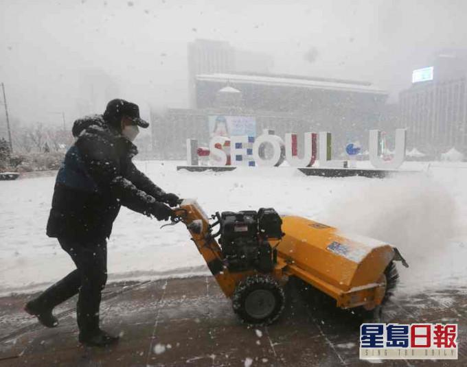 南韓近日受寒流襲擊氣溫降至攝氏零度以下。AP