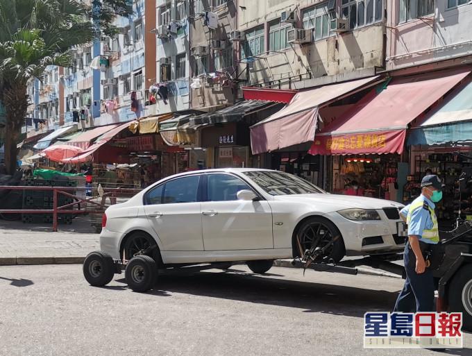 警方在荃灣拖走6車。圖:警方提供