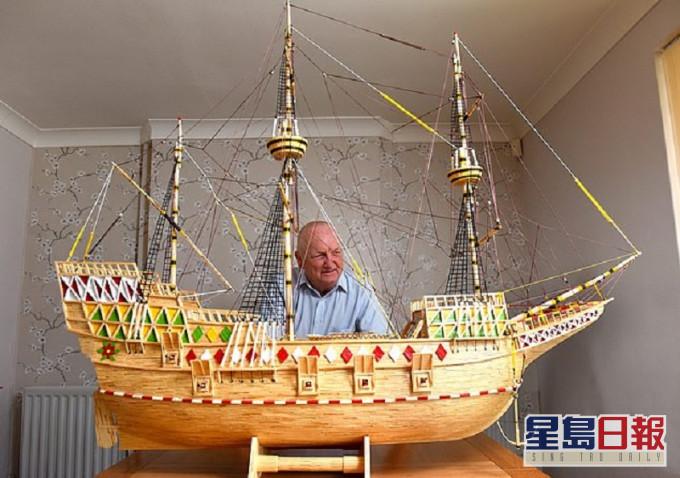 英國水手展示其親手製作帆船模型。網圖